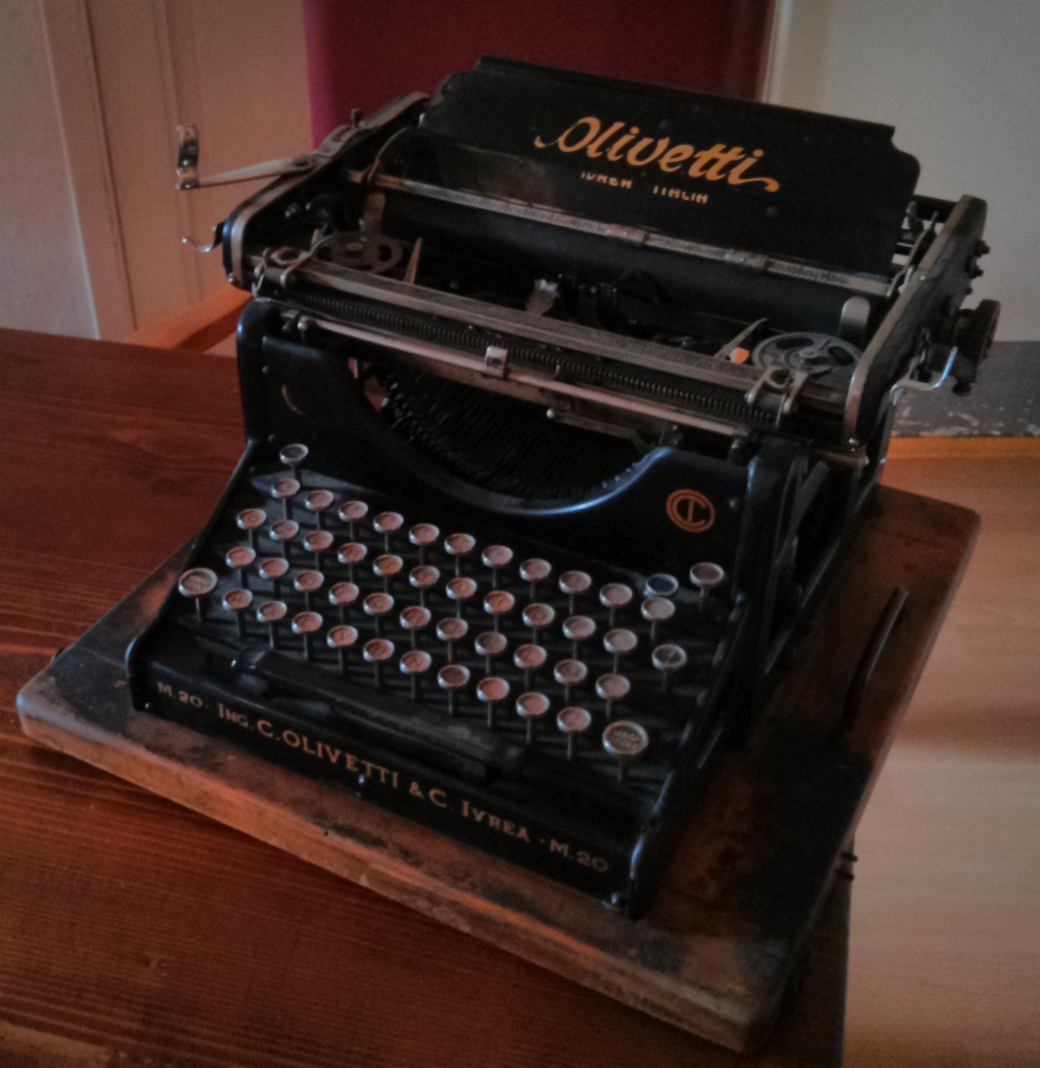Olivetti_M20_typewriter_(2)