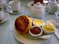 800px-Cream_tea_Brighton